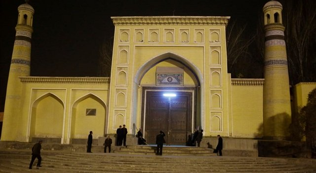 men stand outside the id kah mosque before morning prayers in kashgar xinjiang uighur autonomous region china photo reuters