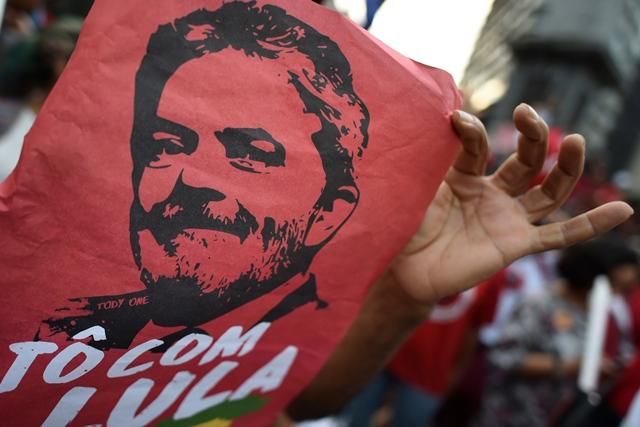 brazil s lula blocked by supporters from surrendering