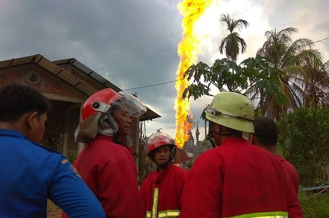 at least 10 killed dozens injured in illegal indonesia oil well fire