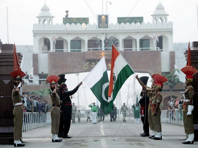 pakistan rangers r and border security force personnel take part in the daily flag lowering ceremony at their joint border post of wagah near lahore photo afp