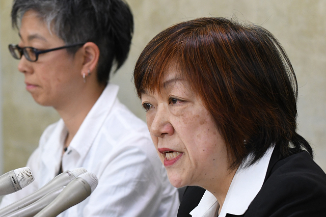 Japanese journalist Yoshiko Hayashi (R) speaks during a press conference in Tokyo on May 15, 2018.  Female journalists in Japan said on May 15 they were teaming up to fight sexual harassment in the media, believed to be widespread in the country where the #MeToo movement has been slow to take off  PHOTO: AFP