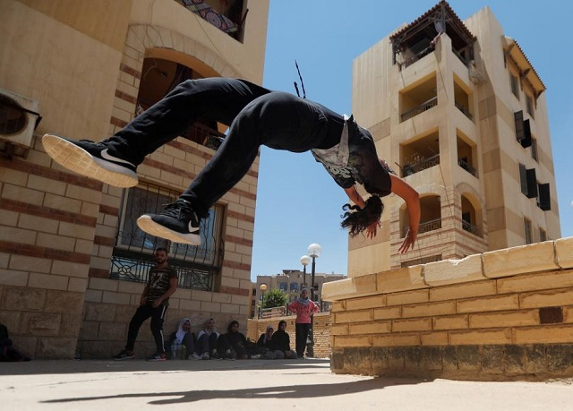 egyptian women challenge social norms by practicing parkour