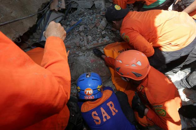 indonesia earthquake 98 reported dead as rescue workers search for survivors