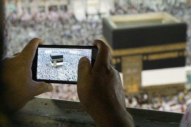 pilgrims descend on makkah for smart hajj