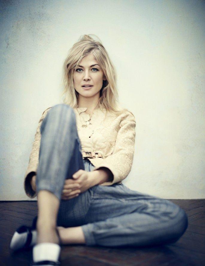 gone girl star rosamund pike recalls shocking james bond audition incident