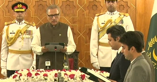 President Arif Alvi administers the oath to new ministers. PHOTO:FILE