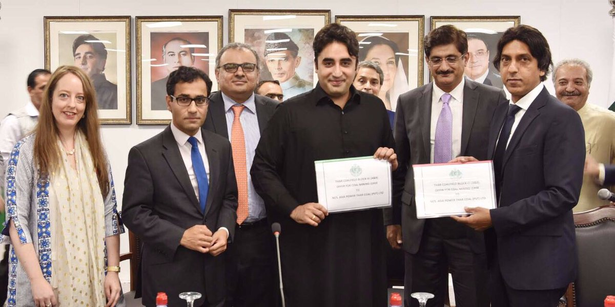 BIlawal exchanging Mining Lease Offer Letters for Thar Coal Block 3 A and B with Zulfikar Ali Khan Executive Director of Asia Power Group Ltd UK. PHOTO: PPP OFFICIAL