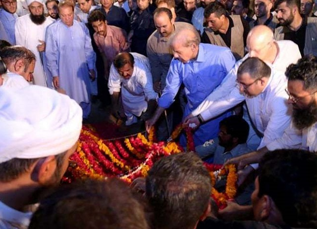 thousands attend last rites of begum kulsoom nawaz at jati umra in lahore on friday photo pml n