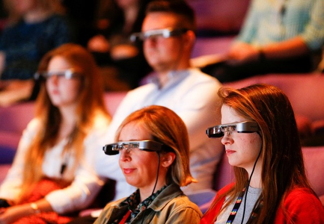 smart glasses refocus the action for persons with hearing impairment