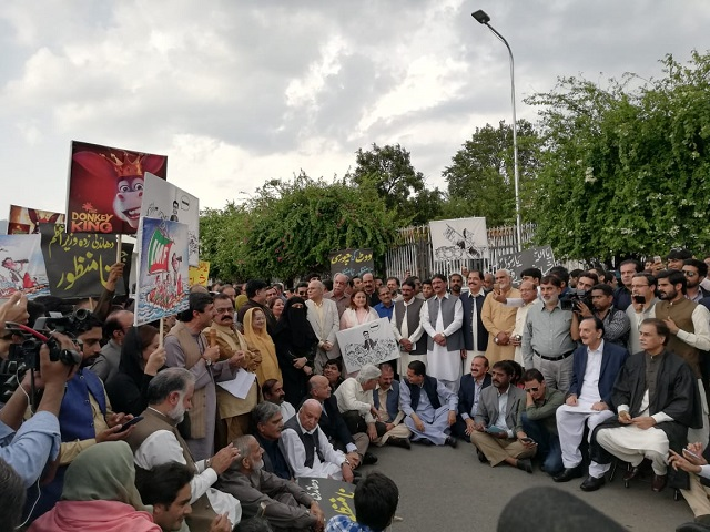 pml n stages protest outside parliament