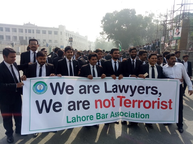lawyers in lahore protest against registration of false case