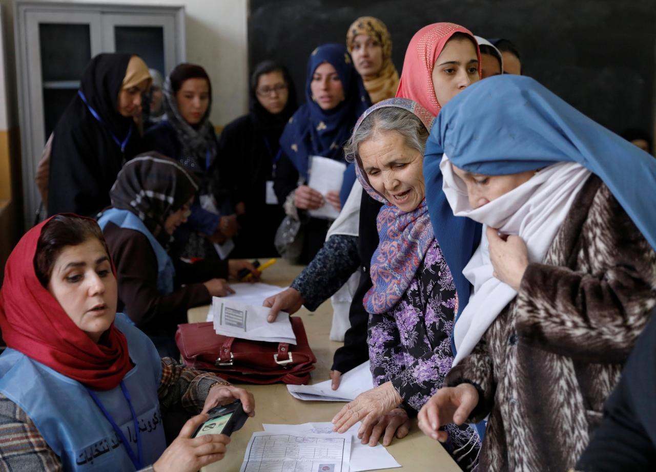afghanistan extends election to sunday due to chaos at polling stations