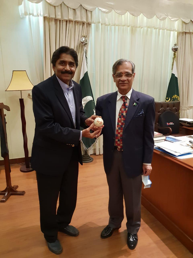 miandad donates ball used in 1992 world cup final to dams fund