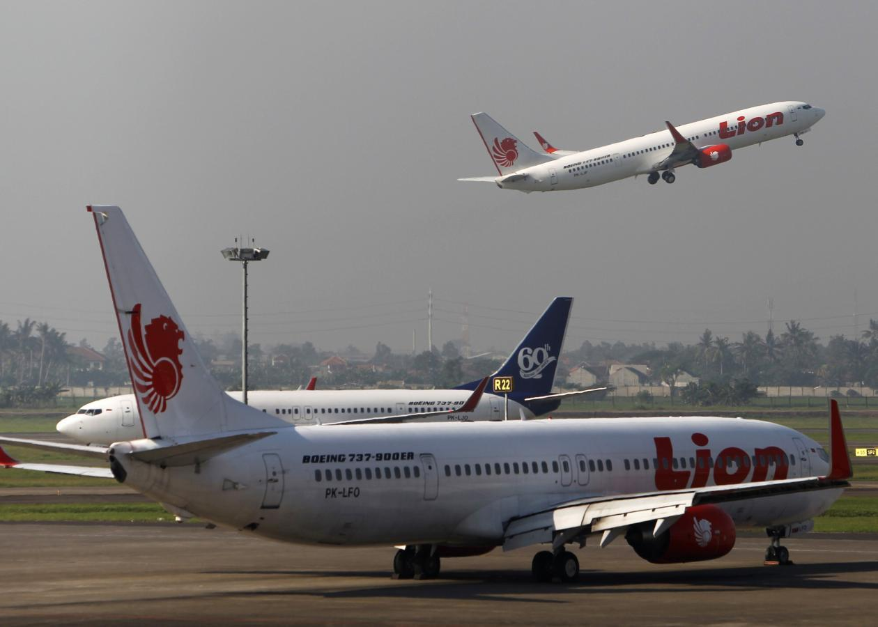 indonesian lion air plane crashes into sea with 189 passengers crew