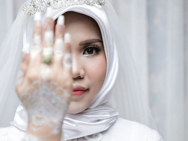 lion air crash victim s fiancee poses for wedding shoot alone