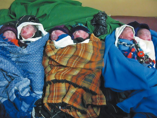 woman gives birth to sextuplets in lahore