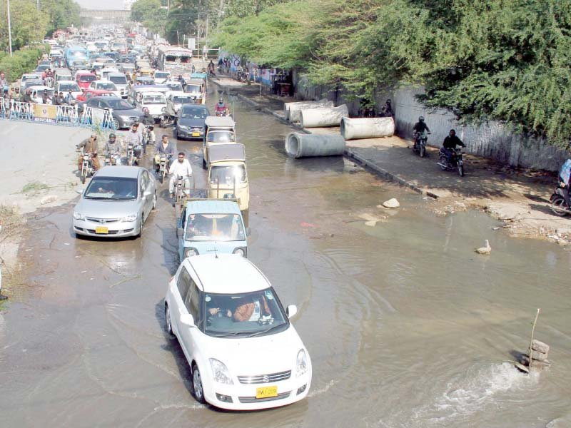 burst sewerage line at jail chowrangi causes hours long traffic jam