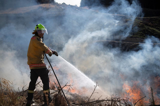 new zealand wildfires show no sign of easing 3 000 flee