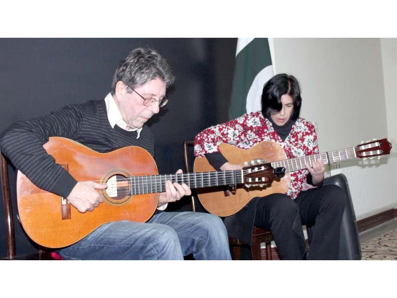 argentine french musical duo performing a musical show workshop photo online