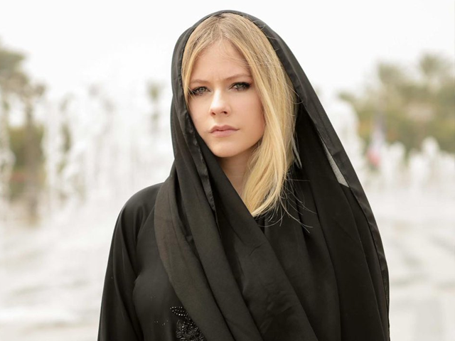 avril lavigne s abaya clad pictures has the internet obsessed
