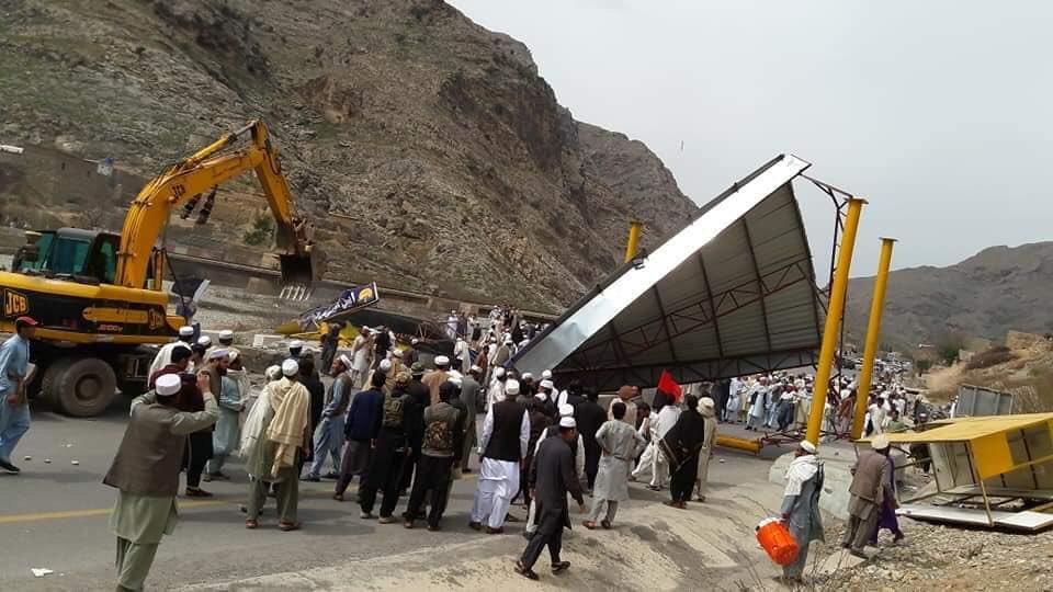 protestors raze toll plaza along pakistan afghanistan highway photo iftikhar firdous twitter