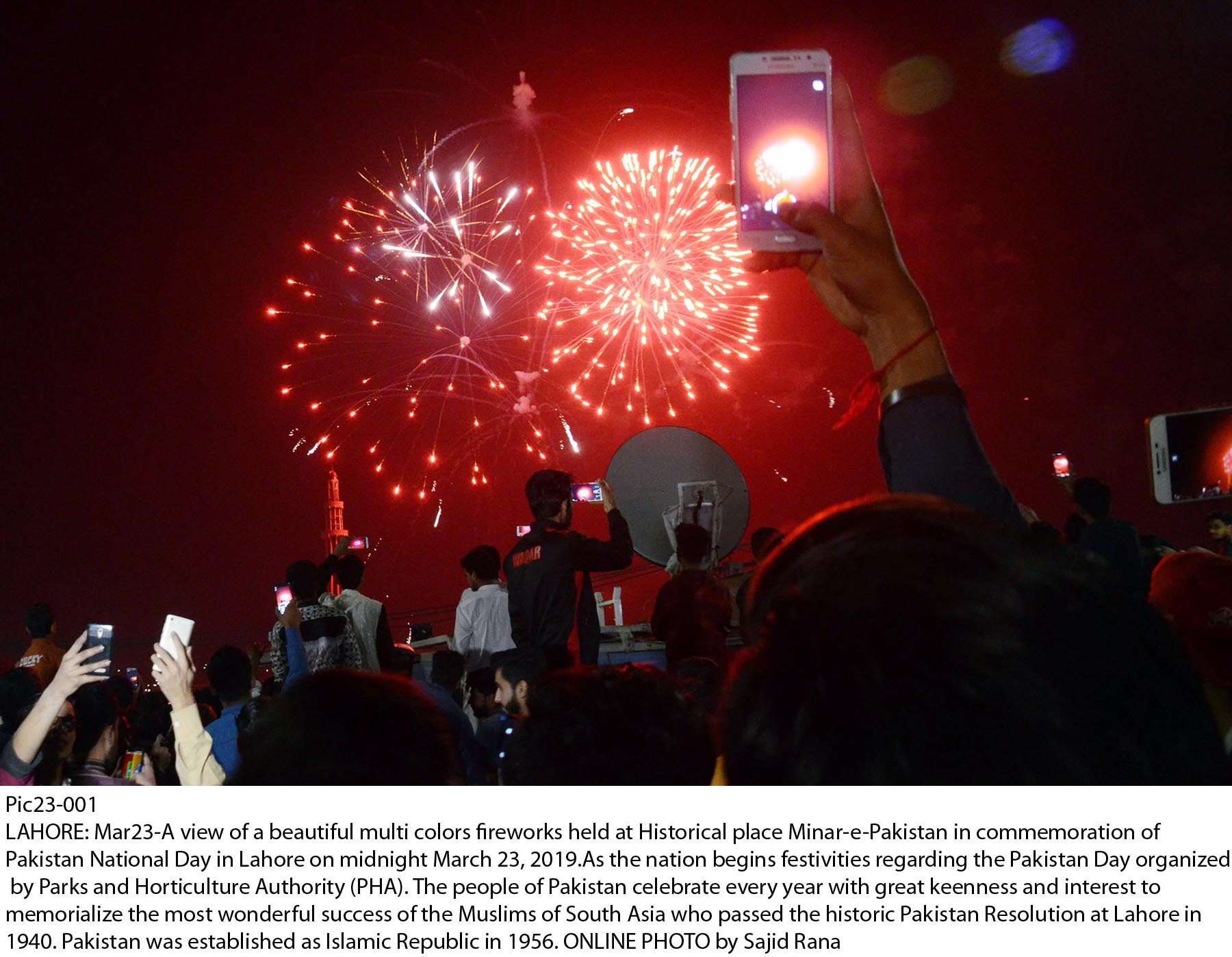 fireworks were held at minar e pakistan to celebrate pakistan day photo online