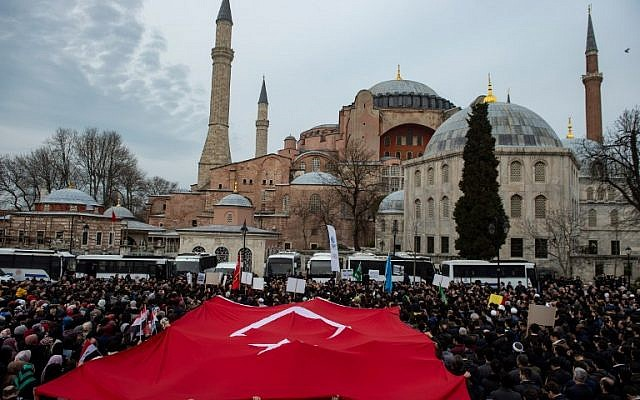 several hundred protesters gather outside istanbul 039 s hagia sophia to denounce the deadly attacks on two mosques in new zealand on march 16 2019 in istanbul photo afp