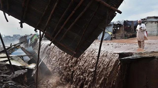 heavy rains kill 39 across pakistan