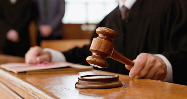lawyer smashes judge s head with chair during court proceedings in jaranwala