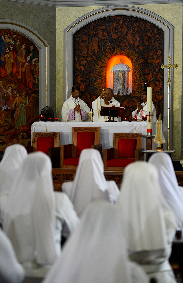 sri lanka catholics say lonely prayers as churches close for second week