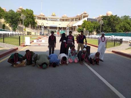 India hands over Pakistani citizens to authorities at Wagah border. PHOTO: EXPRESS