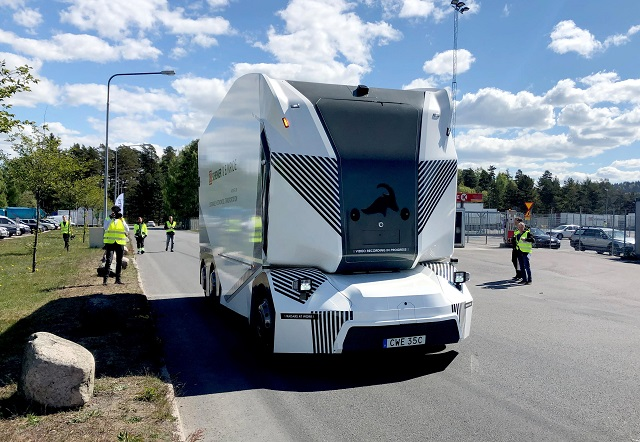 esembling the helmet of a Star Wars stormtrooper, a driverless electric truck began daily freight deliveries on a public road in Sweden on Wednesday. PHOTO: REUTERS