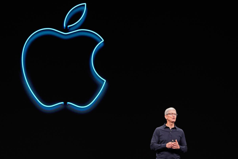 trump talks trade with apple ceo cook as china dispute looms