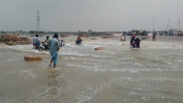 korangi causeway flooded after rain spell in karachi