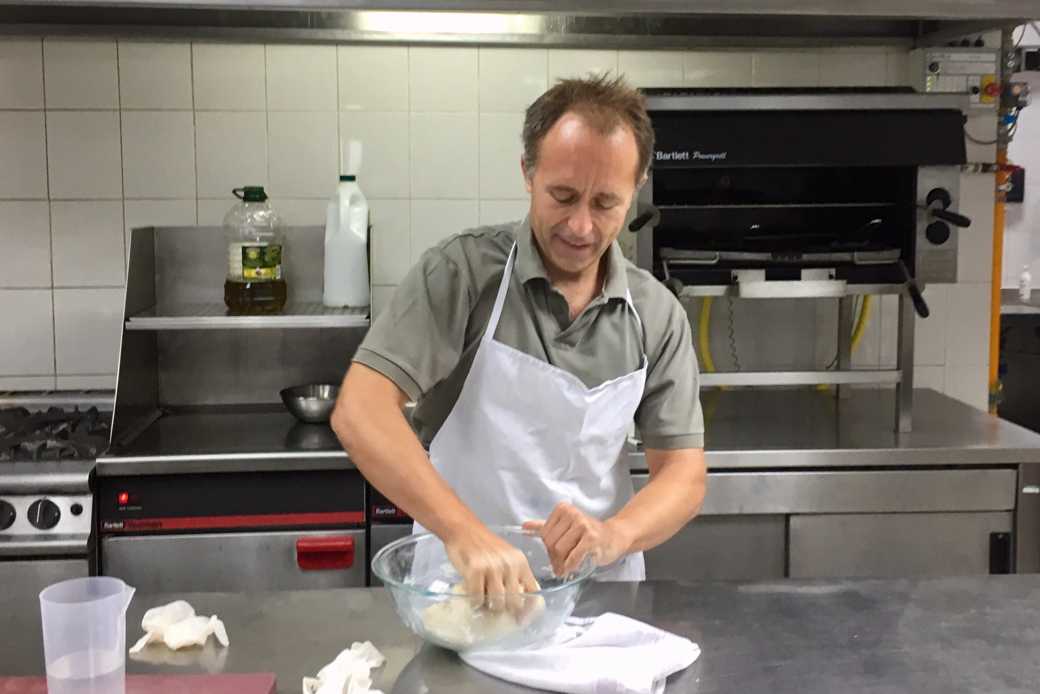 thomas drew learns how to make daal and roti in pakistan