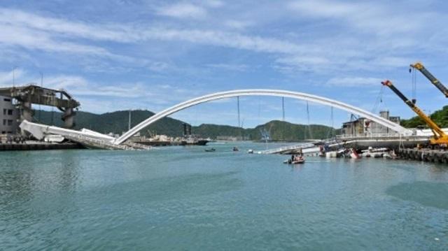 taiwan bridge collapses at least 14 injured