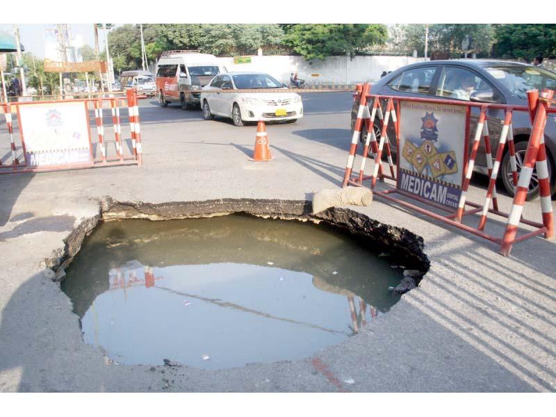 sinkhole near hotel metropole causes traffic disruption