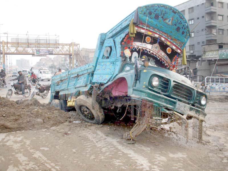 water supply line bursts in liaquatabad