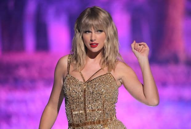 taylor swift slams toxic male privilege during woman of the decade speech