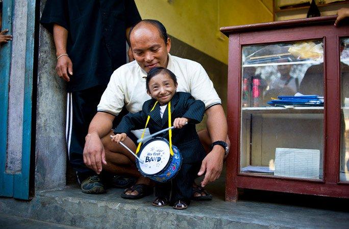 world s shortest man dies in nepal at 27
