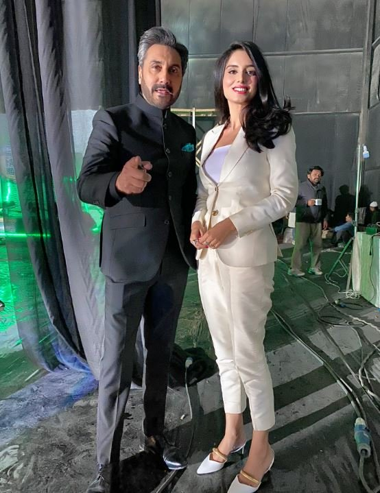 adnan siddiqui s recent picture with zainab abbas has twitter in fits