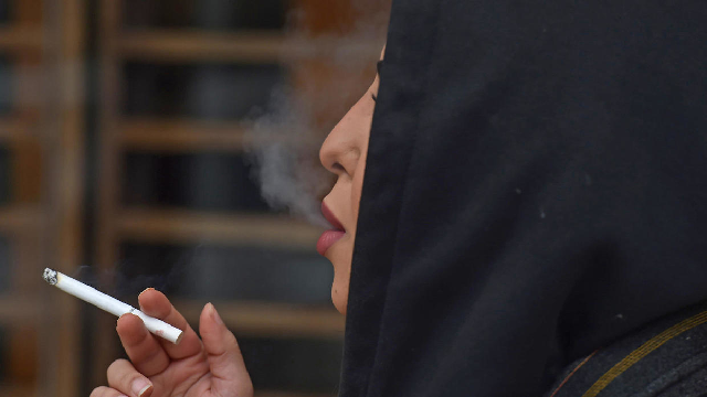 saudi women smoke in public to complete their freedom