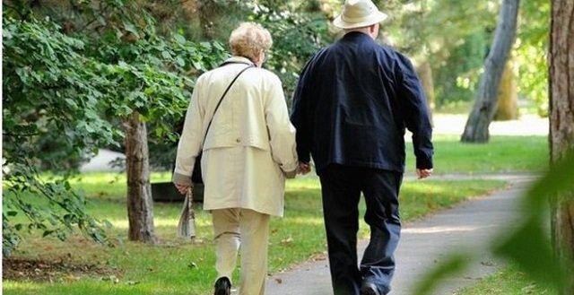 what us worry 80 year old us couple smiles through virus quarantine
