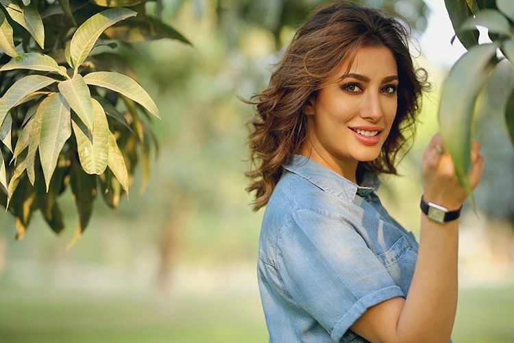 mehwish hayat is finally satisfied with the bathrooms in karachi airport