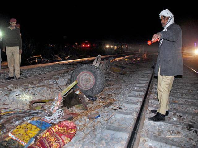 train crashes into bus in sukkur 20 killed