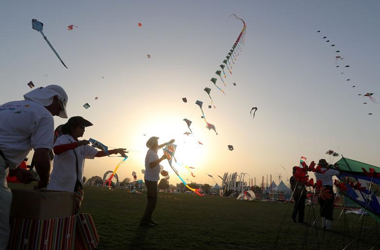 locked down karachiites grab their kites