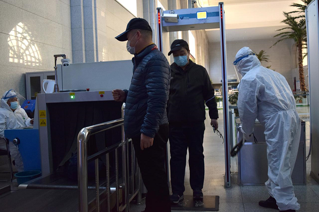 passengers wearing face masks go through security screening at the suifenhe railway station following an outbreak of the coronavirus disease covid 19 in suifenhe a city bordering russia in china 039 s heilongjiang province april 17 2020 photo reuters