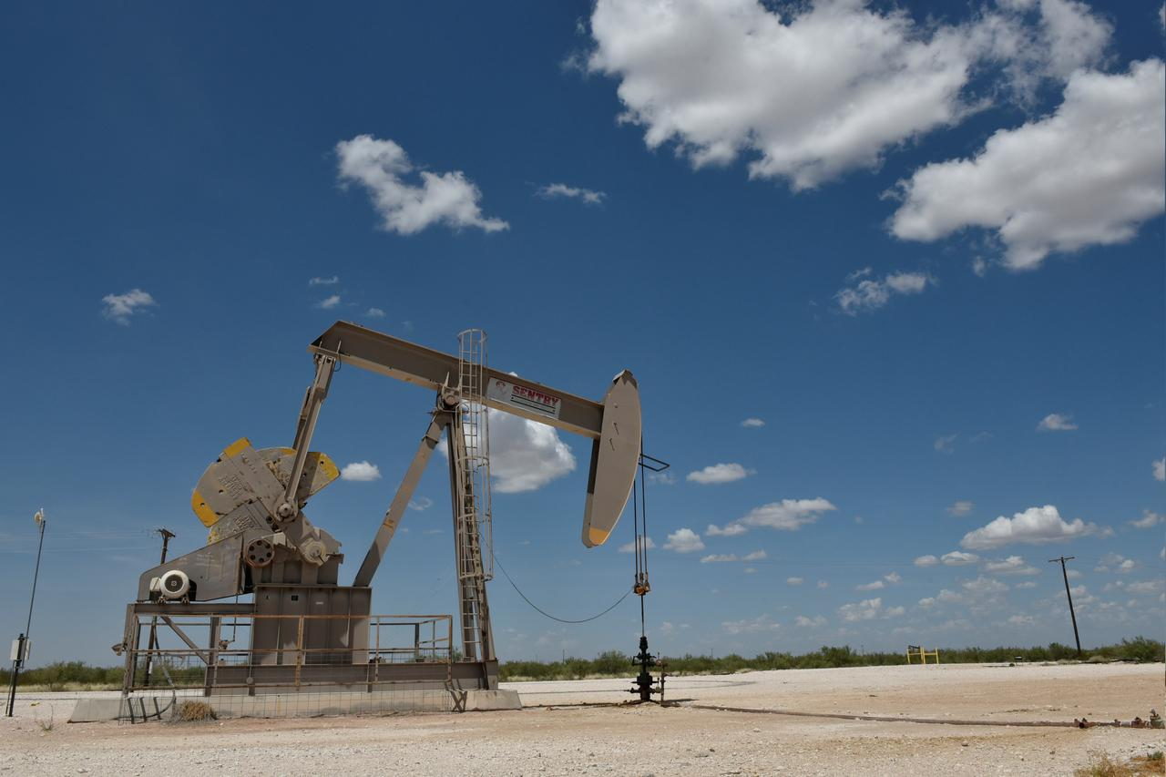 us crude futures contract hits lowest level since 1999 photo reuters