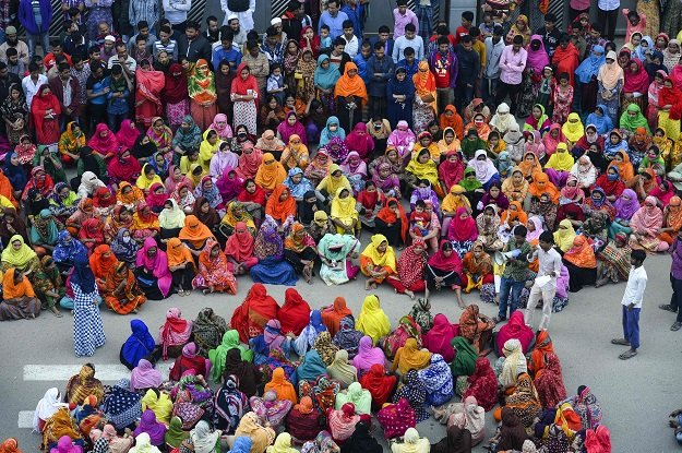 bangladesh textile workers flout coronavirus lockdown to demand wages