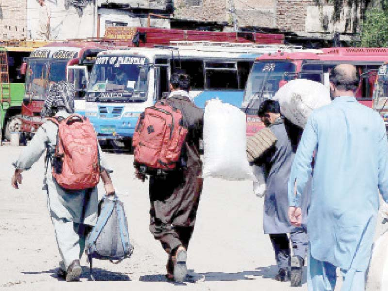 homeward bound people look for transport during lockdown in rawalpindi photo nni